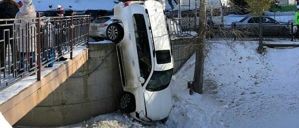 Убегавший полиции житель Новосибирска поставил Toyota Land Cruiser дыбы Белокурихе