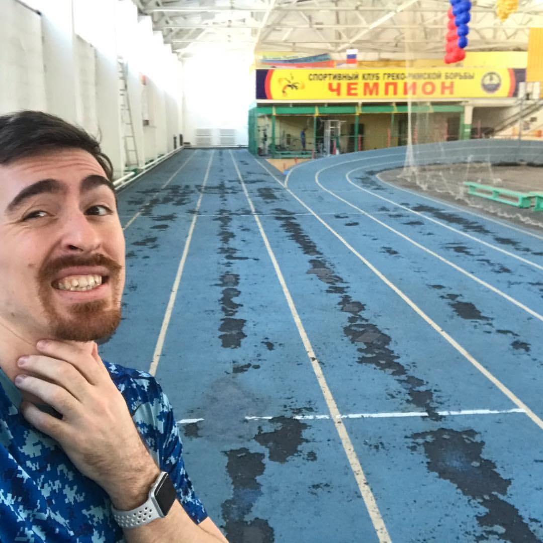 Потому не тренируемся алтайский атлет Сергей Шубенков показал разваливающийся манеж политеха
