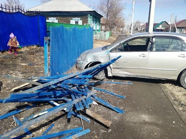 Ради смеха отметивший праздник автомобилист Бийска свернул забор частном доме