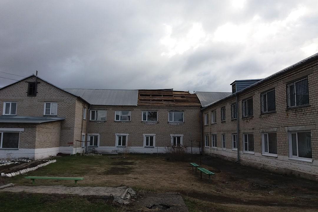 Ураганный ветер сорвал крышу психиатрической клиники Алтайском крае