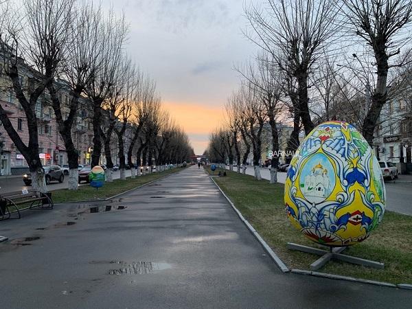 Барнаульские чиновники выкатили центральную аллею города гигантских пасхальных яиц