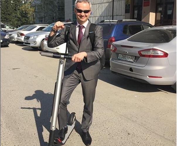 Министр спорта Алтайского края добрался работу экологичном самокате