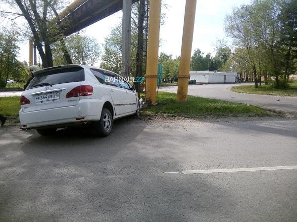 Барнаулец иномарке скончался после столкновения действующей газовой трубой