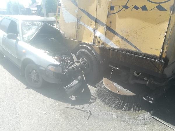 Водитель Бийска чудом выжил смятой иномарке после столкновения машиной коммунальщиков