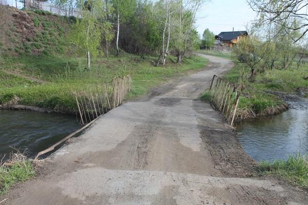 На Алтае разбитый многотонниками аварийный мост детскому лагерю спустя десятилетия решили отремонтировать