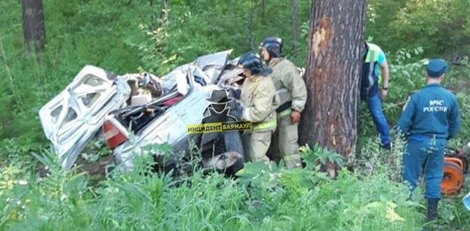 Утренний полет авто алтайской трассы обернулся гибелью одного участников аварии
