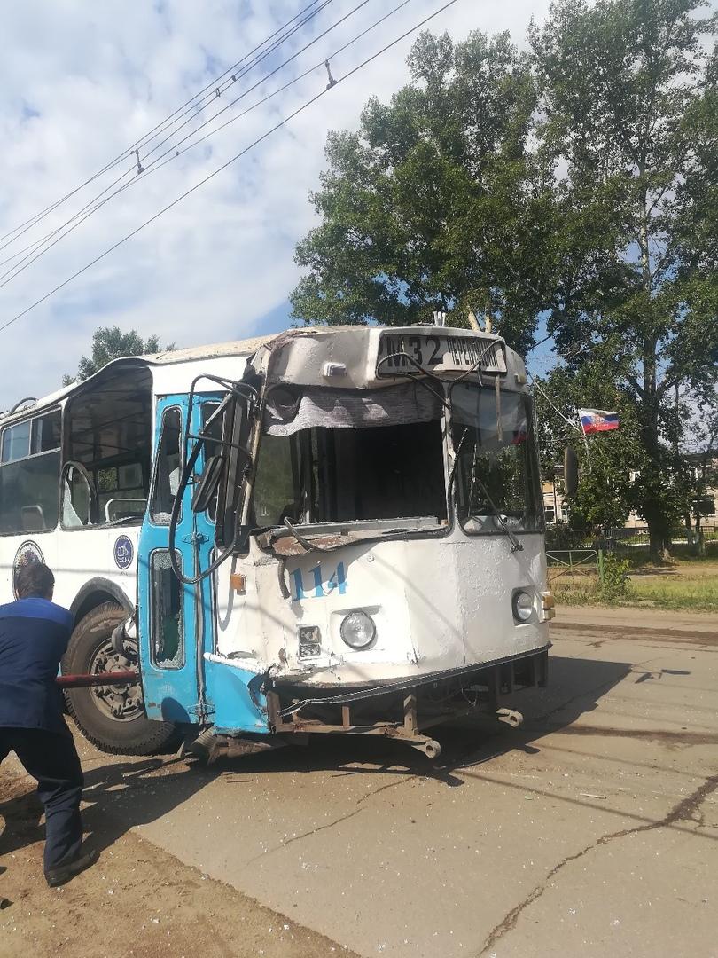 Водитель троллейбуса Рубцовске взял таран электроопору