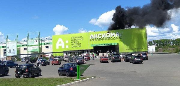 150 человек эвакуировали известного Барнауле строительного супермаркета из-за пожара