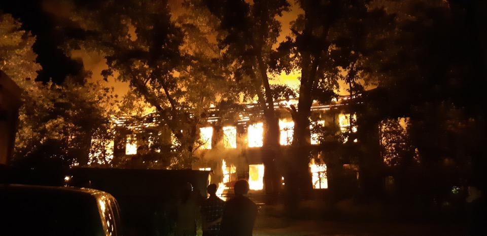В жилом районе центра Барнаула дотла выгорело историческое здание музыкальной школы