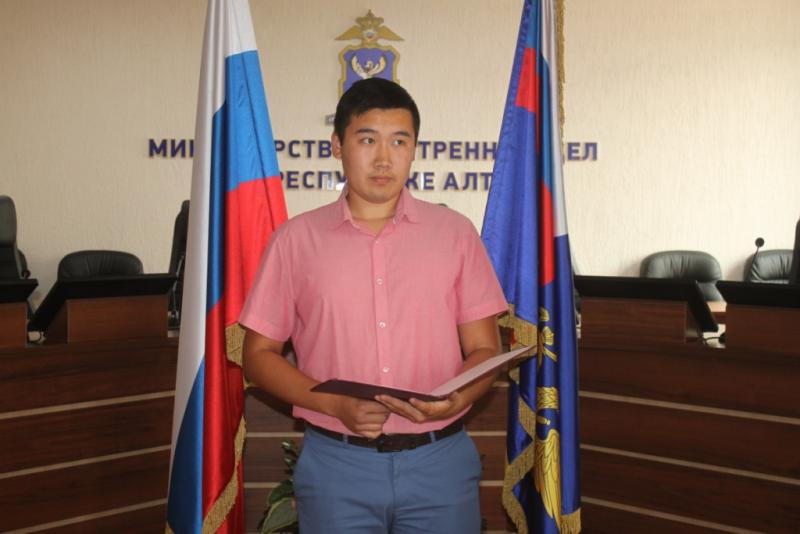 Алтайские полицейские приняли гостей ближнего зарубежья подданство России после Присяги верность