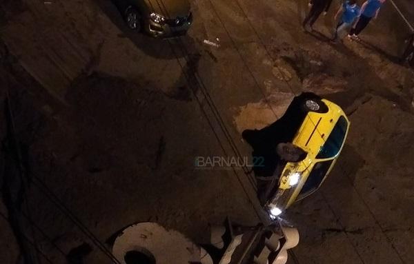 Иномарка скрылась коммунальной на центральной улице Барнаула
