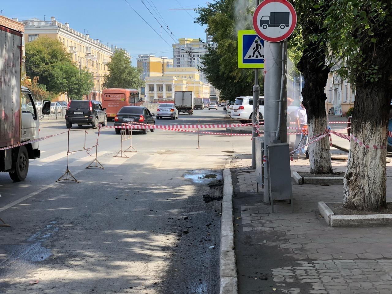 Энергетики устраняют горячий порыв одном центральных проспектов Барнаула