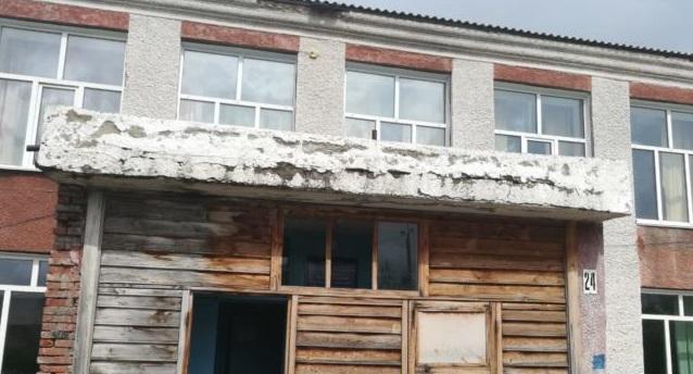 Жители алтайского села пожаловались властям опасный вход здание местной школы