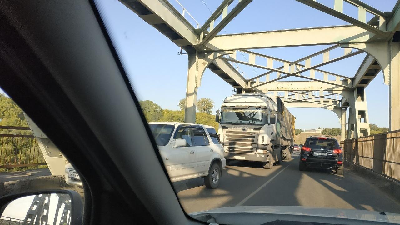 На Старом мосту Барнауле образовалась многокилометровая пробка из-за втиснувшегося большегруза