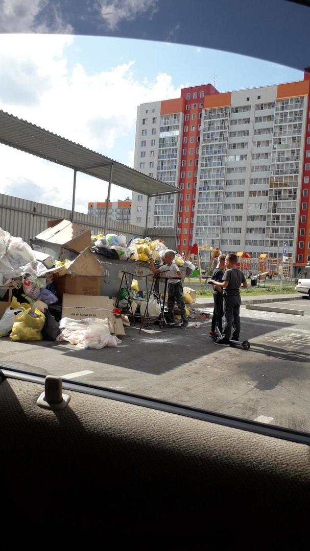Жители барнаульских новостроек пожаловались соседство детской площадки мусором