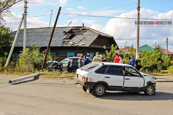 Nissan Qashqai срезал столб после жесткого столкновения девяткой Камне-на-Оби