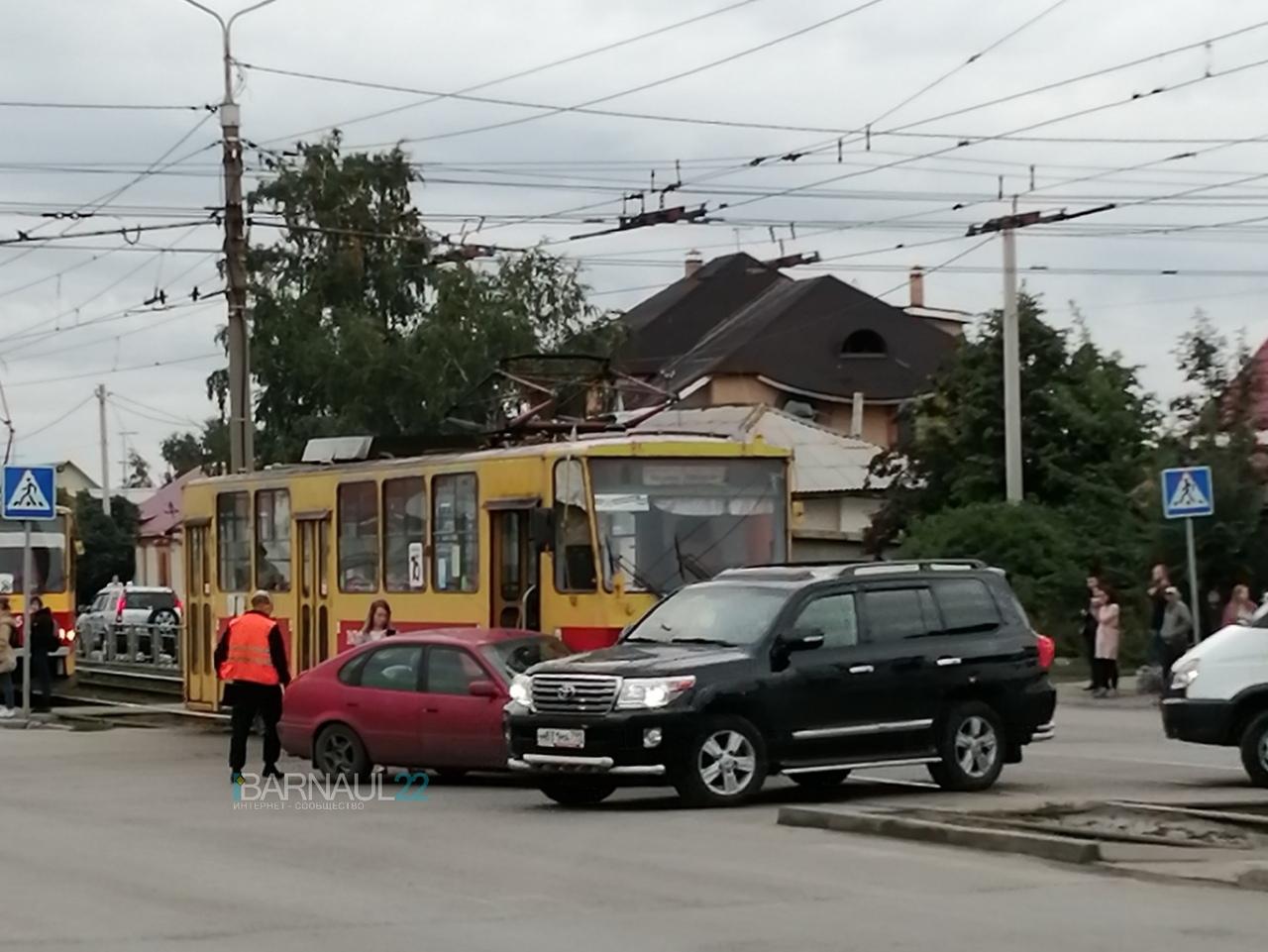 Барнаульский трамвай протаранил пытавшуюся подрезать легковушку