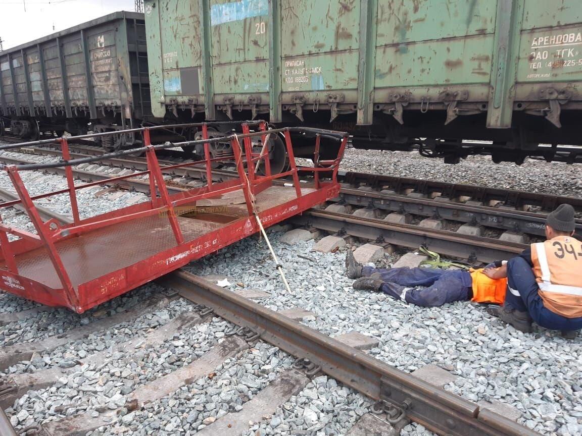 Один человек погиб двое пострадали столкновении поезда монтажной вышкой алтайской станции