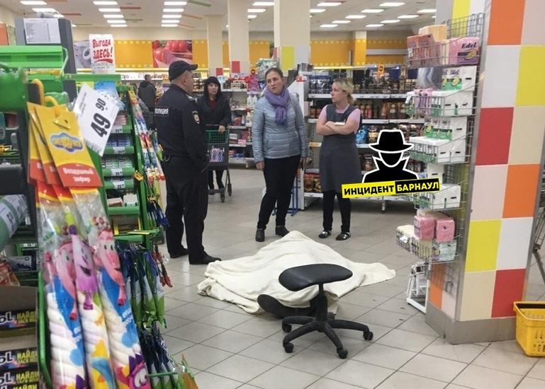 Барнаульцы стали свидетелями смерти покупателя очереди магазине Мария-Ра
