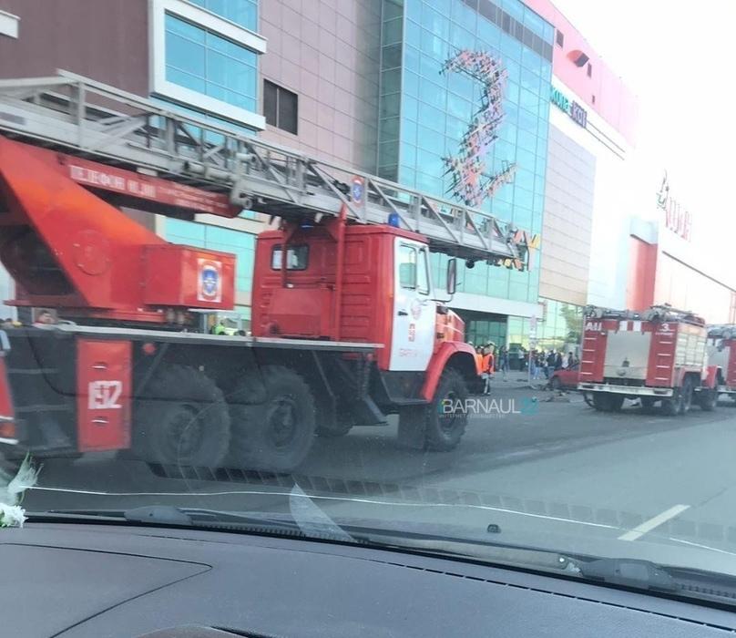 Пожарные эвакуировали огромный барнаульский при отработке пожара третьего ранга сложности