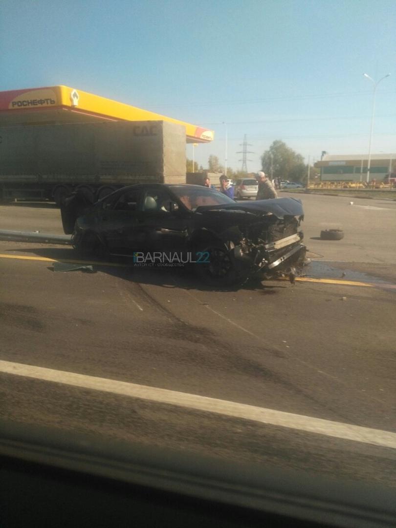 Двое мужчин Subaru впечатались отбойник Чуйском тракте пути Барнаул