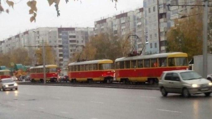 В первый снежный день трамвайные пути Барнаула испытали коллапса из-за ДТП