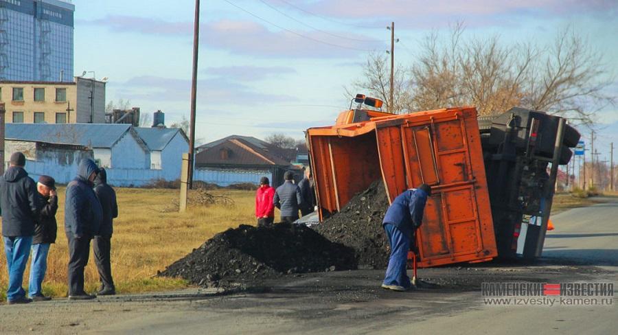 Груженный топливом котельных КамАЗ довез горючее нуждающегося Каменского района