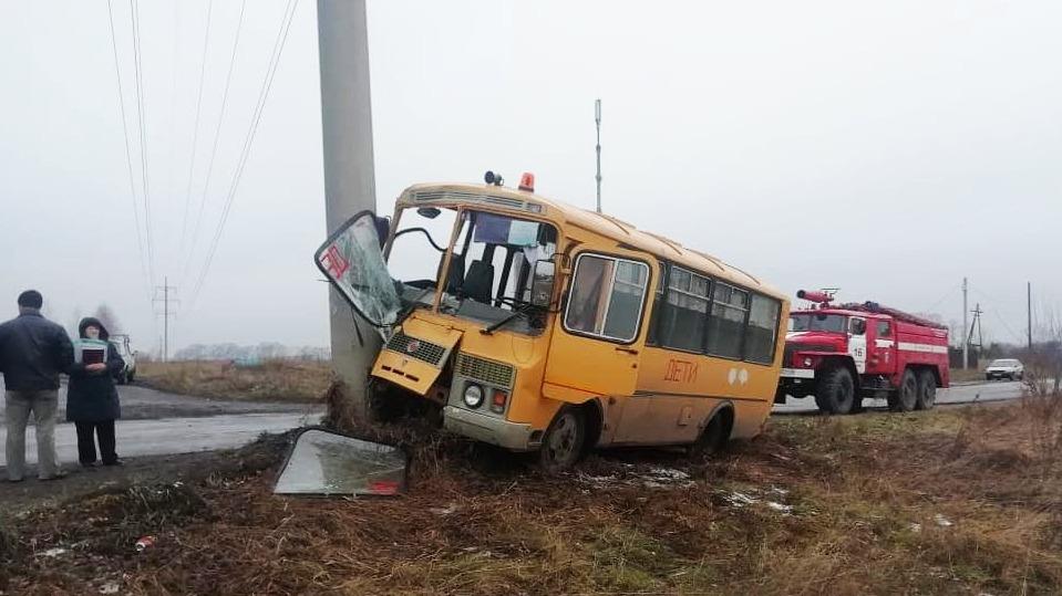 В Бийском районе спешивший детьми школьный автобус намотало столб