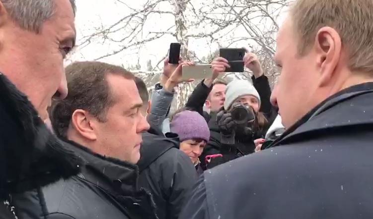 В квартире бросившейся ноги Дмитрию Медведеву алтайской сельчанки работают следователи