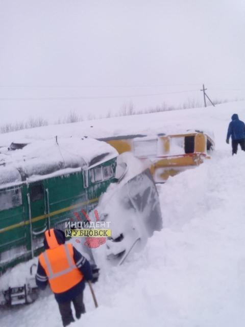 В Алтайском крае разгар бурана сошел рельсов снегоуборочный поезд