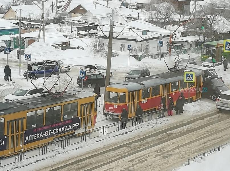 Столкновение трамвая ГАЗелью барнаульской улице привело семибалльным пробкам