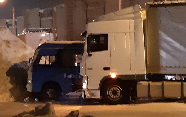 Грузовик автобус пассажирами смогли разъехаться заросшей сугробами барнаульской улице
