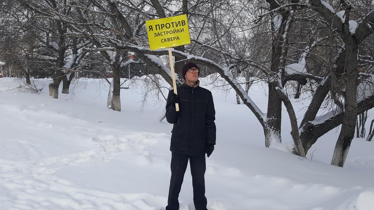 Краевед-энтузиаст вышел пикет против уничтожения сквера ради нового корпуса Алтайского госуниверситета