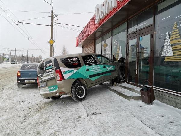Увильнувшая бежавшего пешехода иномарка протаранила павильон кафе Барнауле