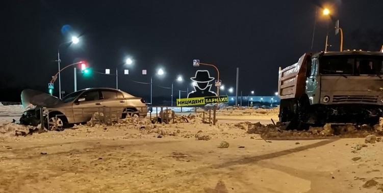 Пронесшийся красный свет КамАЗ снес легковых авто барнаульской улице