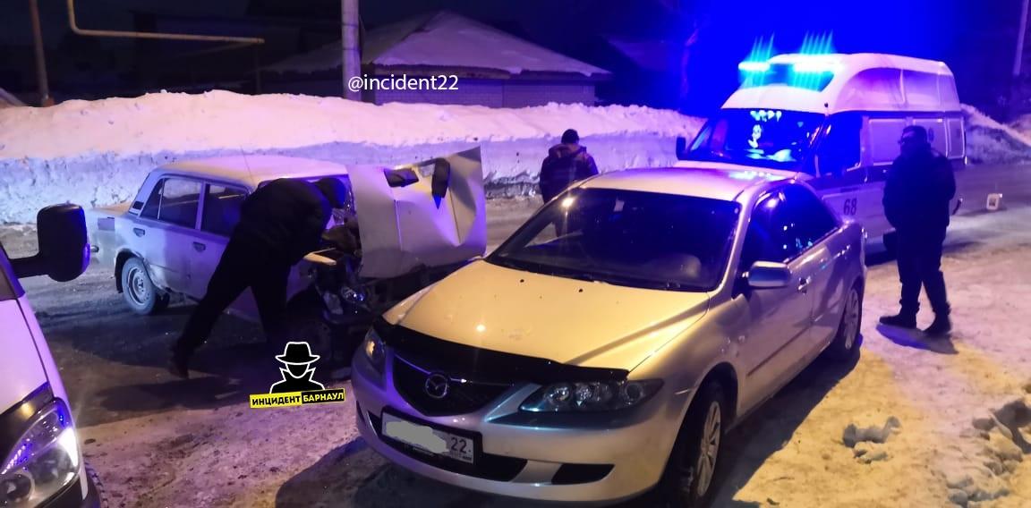 Четыре человека пострадали ночном столкновении Mazda ВАЗ барнаульской улице