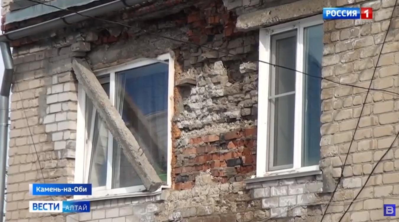 Жители аварийного дома Камне-на-Оби ждут расселения страхом обрушения стены