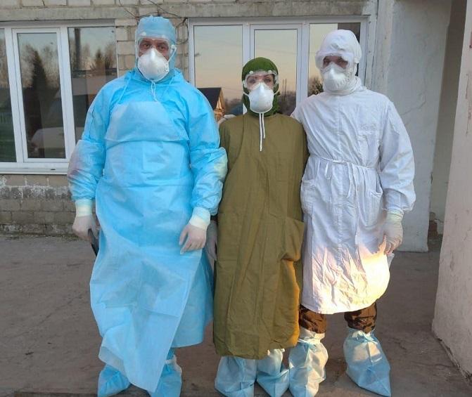 Главврач Змеиногорской больницы ответила критику самодельных защитных костюмов медиков соцсетях
