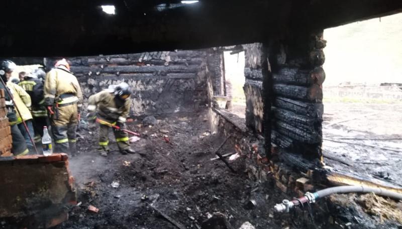 Следком расследует дело гибели женщины троих детей пожаре алтайском селе