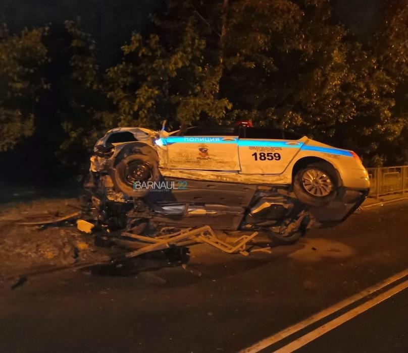 В Барнауле полицейское авто превратилось груду металла после ночной погони мотоциклистом