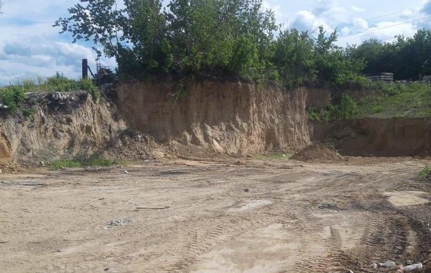 Сотрудники мэрии Барнаула ликвидируют действовавшую прикрытием свалку берегу Оби
