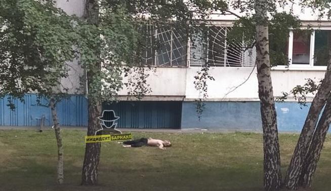 Юный житель Барнаула скончался после падения окна квартиры седьмом этаже