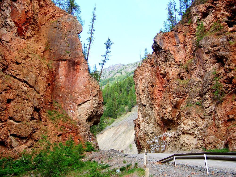 Алтайские дорожники отказались взрывать природный памятник ради расширения трассы
