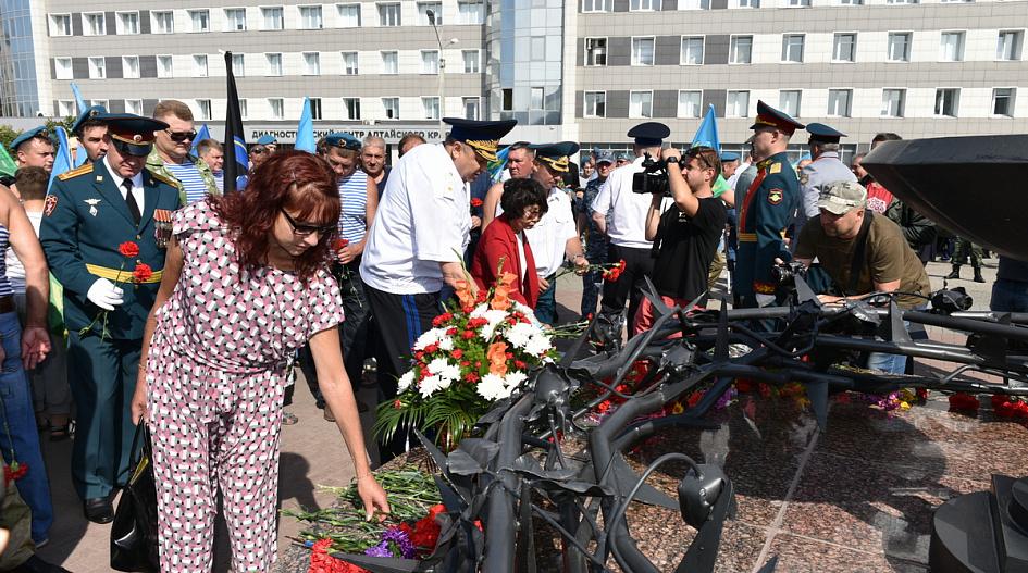 Власти Алтайского края прокомментировали массовый митинг десантников период строгих ограничительных мер