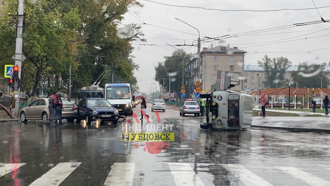 Машина скорой помощи перевернулась рубцовском перекрестке после столкновения иномаркой
