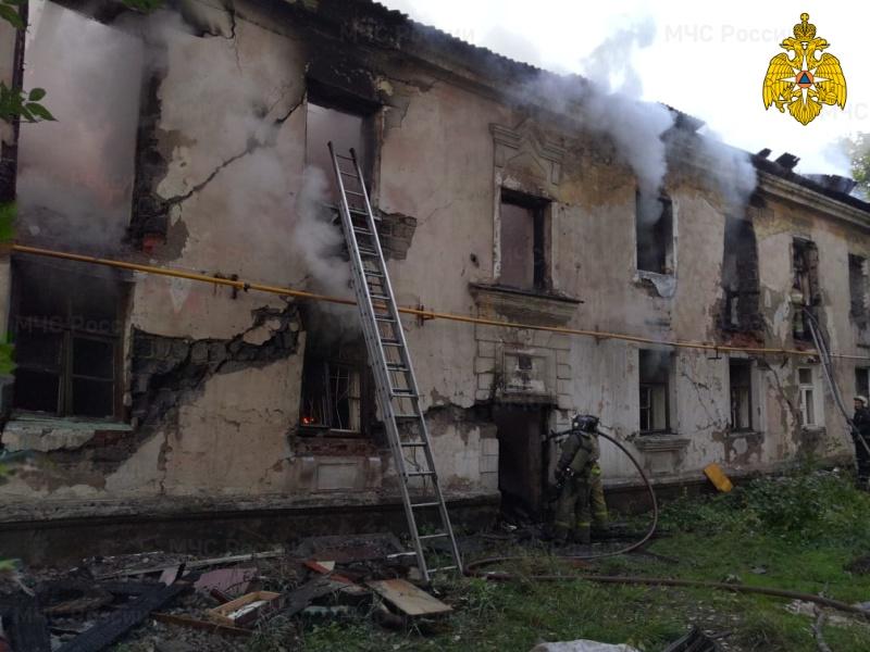 Пожар расселенной барнаульской двухэтажке едва перекинулся скандально известный аварийный дом