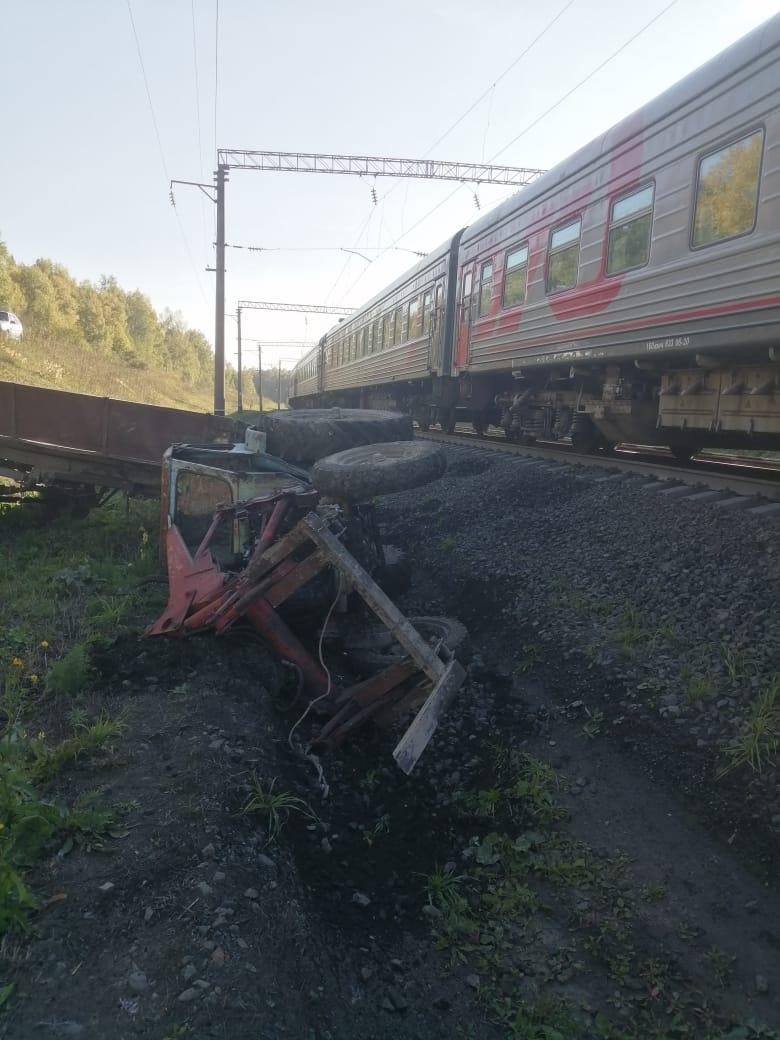 Пассажирский поезд Абакан-Москва смог уйти столкновения трактором Алтайском крае