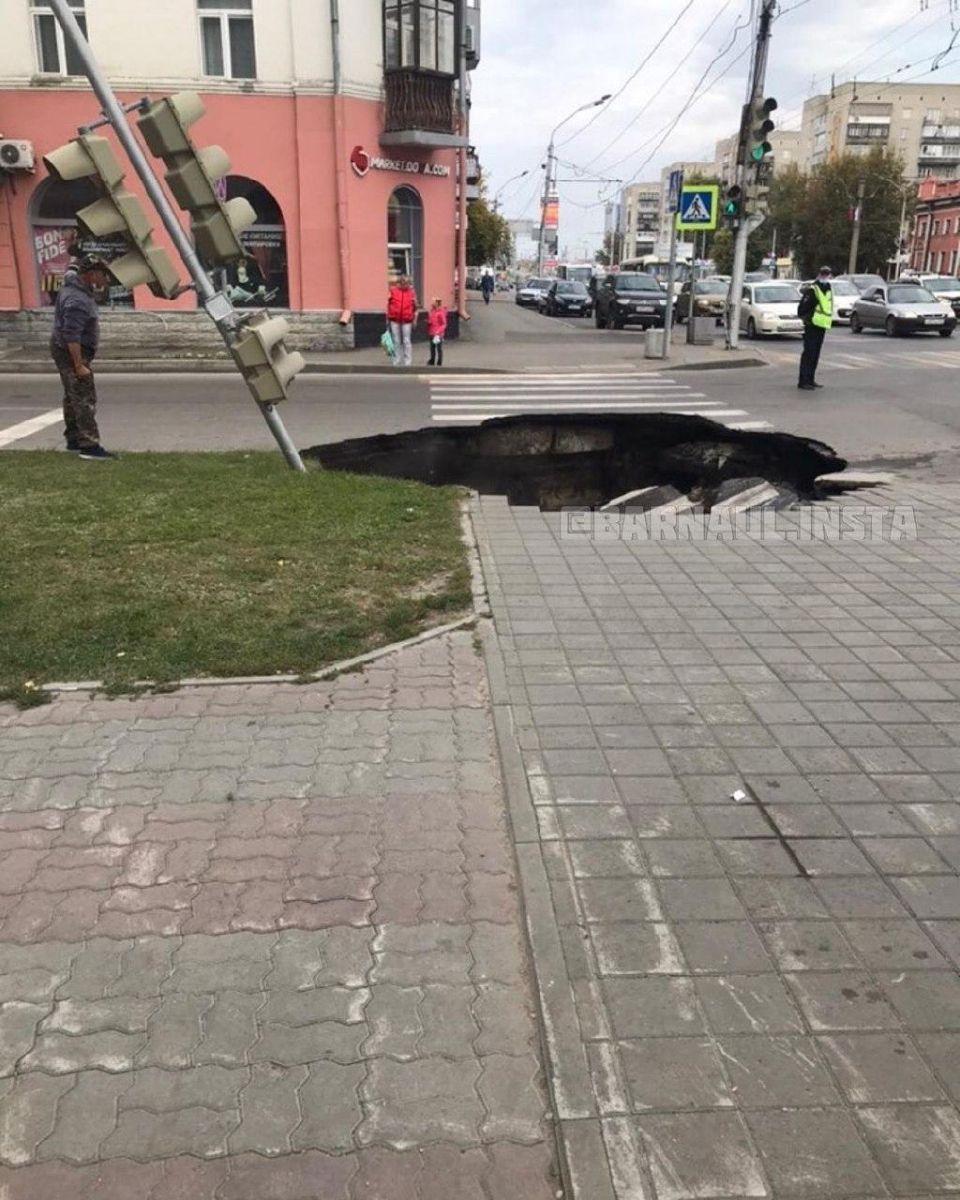 На главном проспекте Барнаула после коммунальной аварии образовался огромный провал
