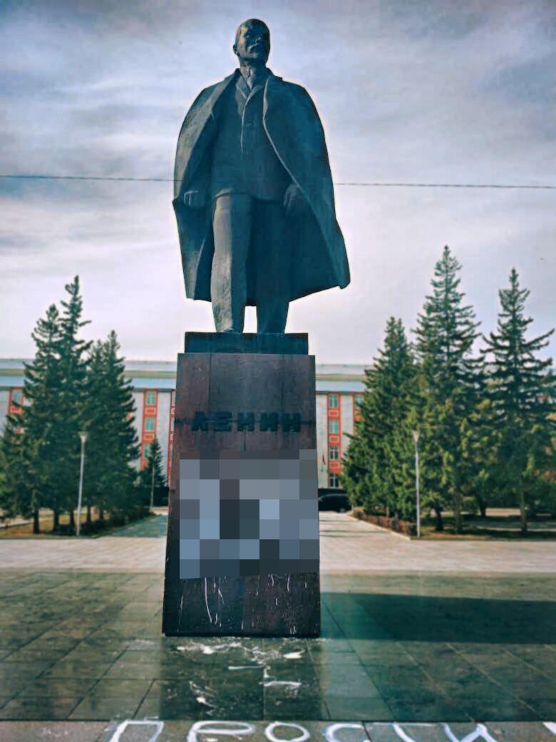 Неизвестная женщина разгар рабочего осквернила памятник Ленину перед зданием алтайского правительства
