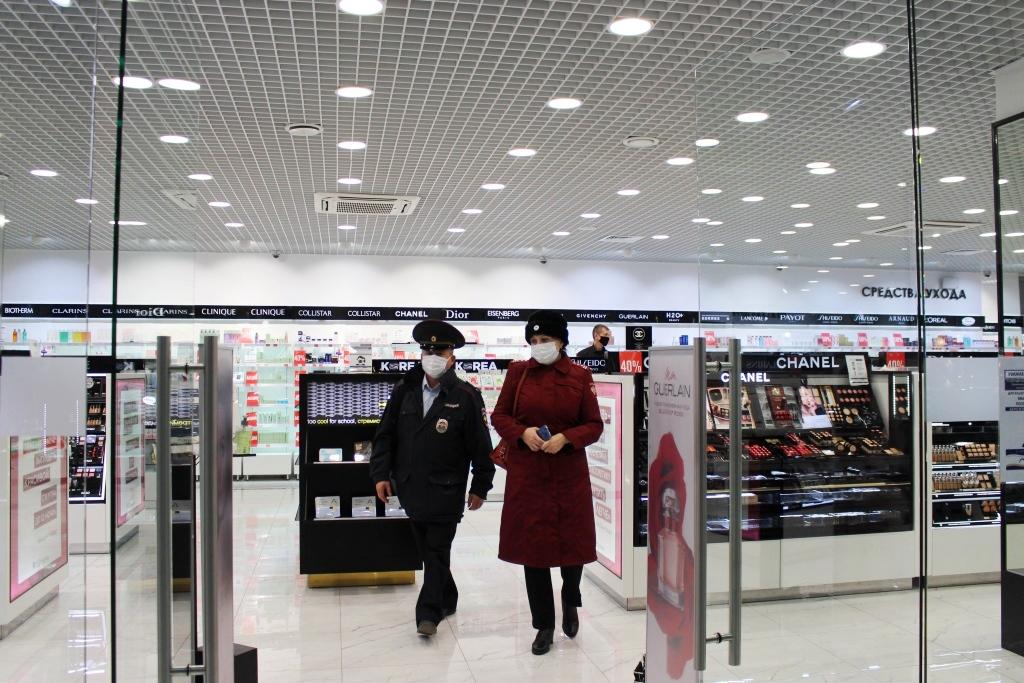 В торговых центрах Барнаула выявили десятки нарушений масочного режима